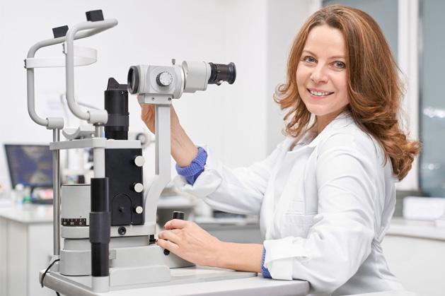 La frecuencia de parpadeo disminuye durante un examen visual